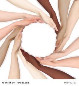 多様な人種の手でつくるサークル
